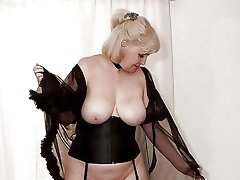 Hot and blond mature amateur pussy